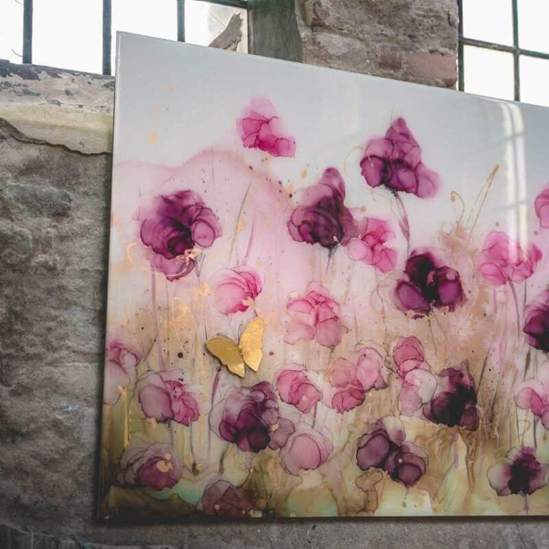 Abstract bloemenveld met vlinder Alcohol inkt en epoxy schilderij roze goud